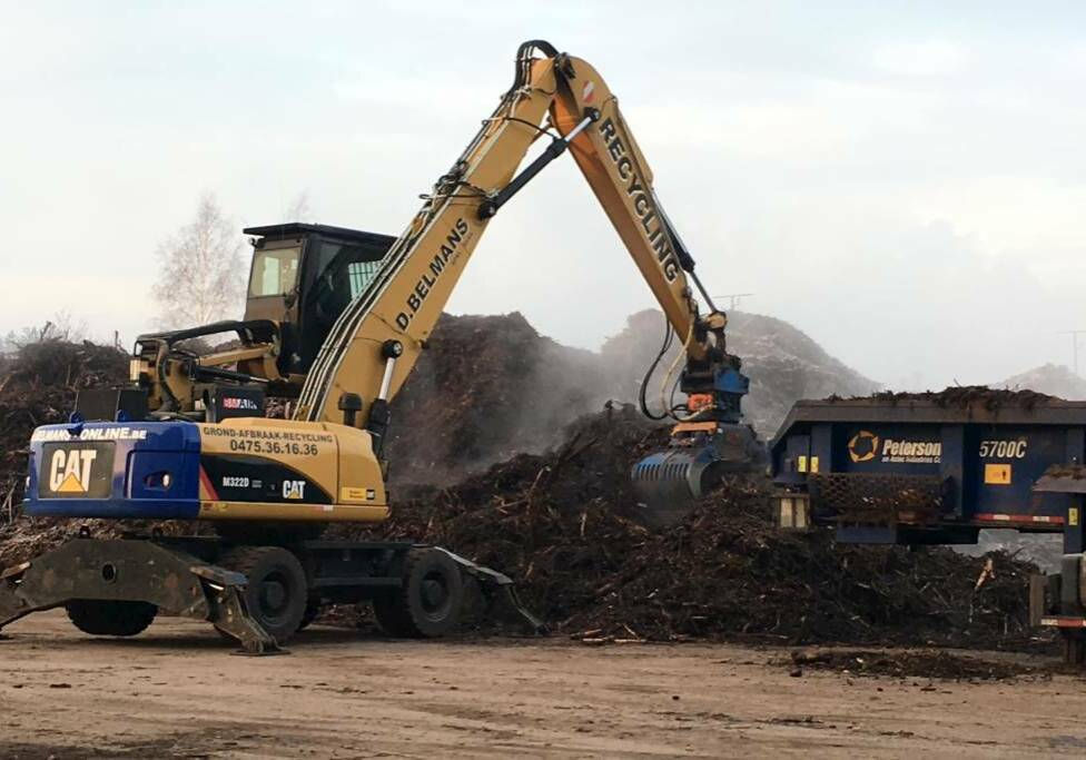 Photo de Peterson 5700C Broyeur Horizontal et Grue Sur Pneus Caterpillar M322